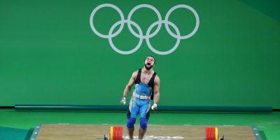 Nijat Rahimov. El kazajo levantó 214 kilos en la categoría menor a 77 kilos Foto:Getty Images