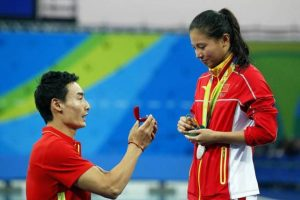 Y el chino Qin Kay le dio el anillo de compromiso a su novia He Zi, en pleno podio Foto:Twitter