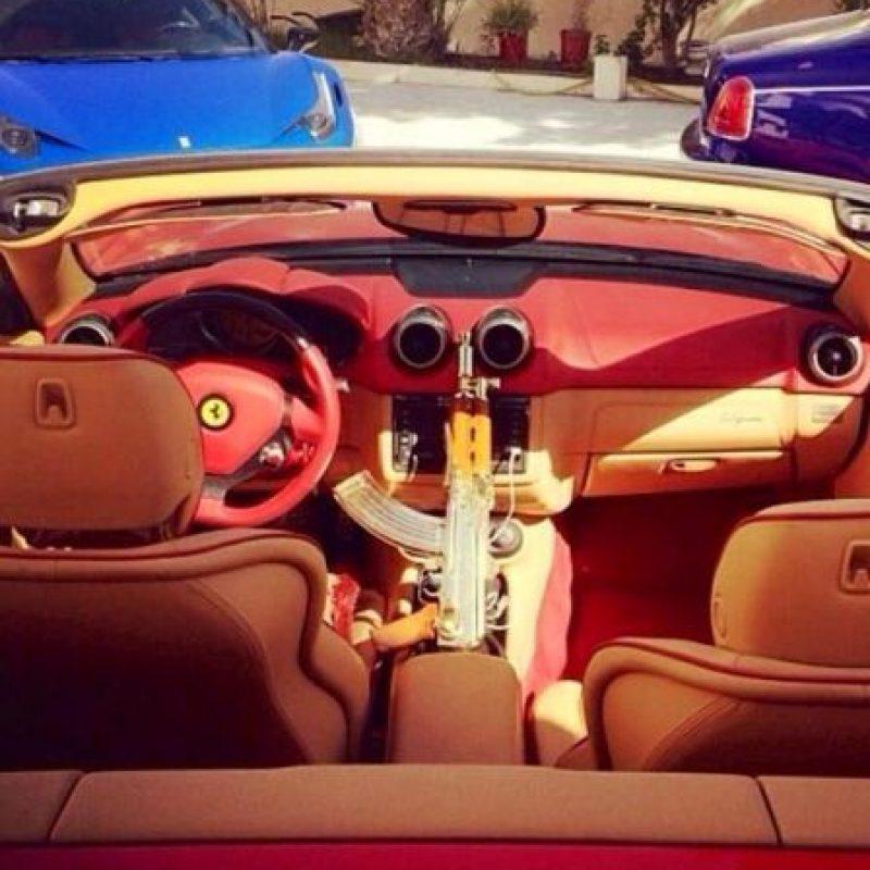 Rifles AK-47 bañados en oro, dentro de automóviles de lujo Foto: Twitter.com