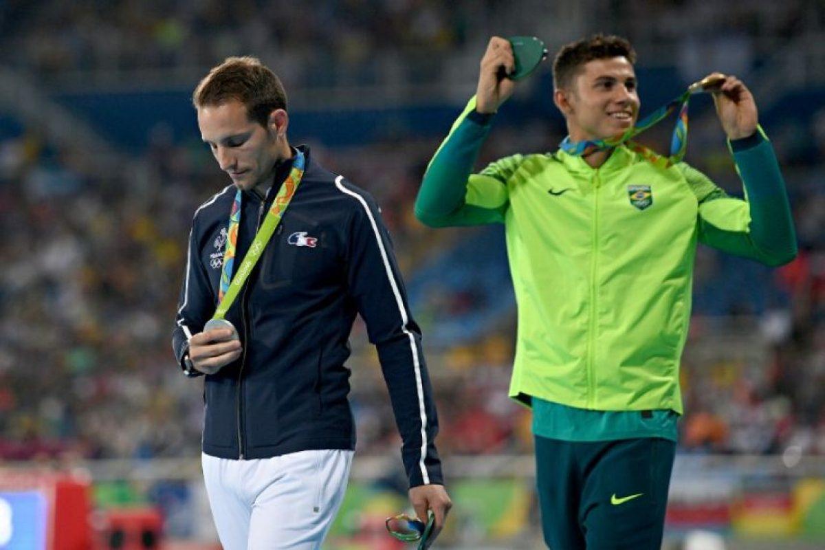 El francés Renaud Lavillenie ganó plata en salto con garrocha y fue abucheado por el público brasileño, lo que lo hizo llorar. Foto:AFP