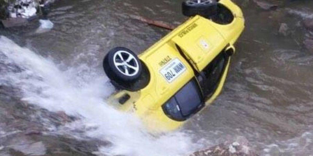 ¡Atención! Taxi cayó a un caño en Bogotá