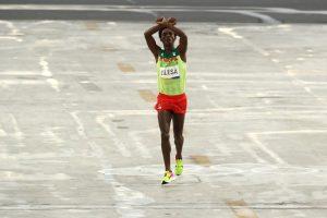 Al finalizar el maratón varonil cruzó los brazos por encima de su cabeza, en señal de protesta Foto:Getty Images