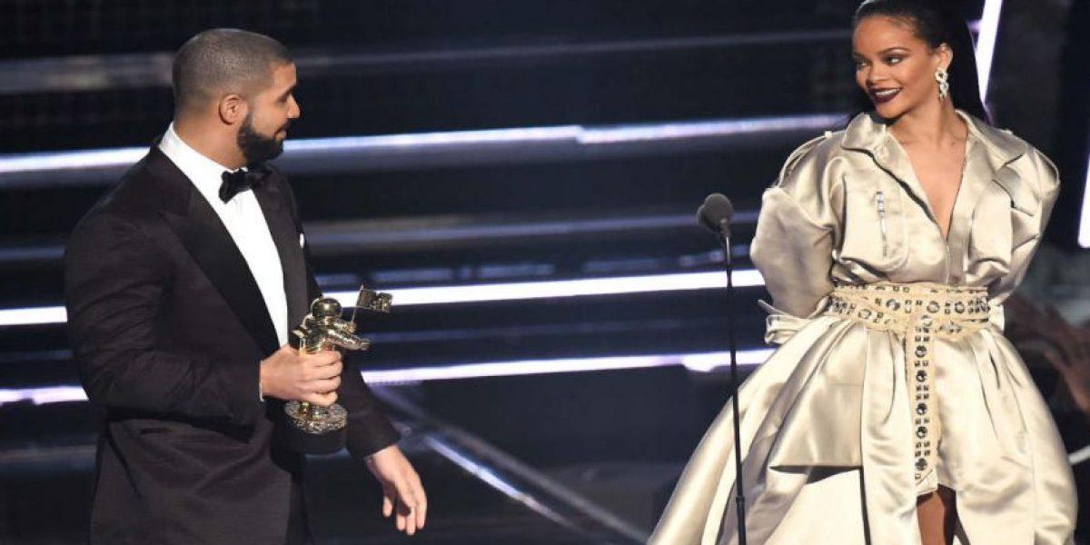 Finalmente Drake logró besar a Rihanna sobre el escenario