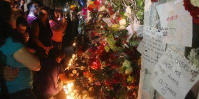 Cientos de fanáticos se arremolinaron a la casa del cantante en Ciudad Juárez. Foto:Cuartoscuro