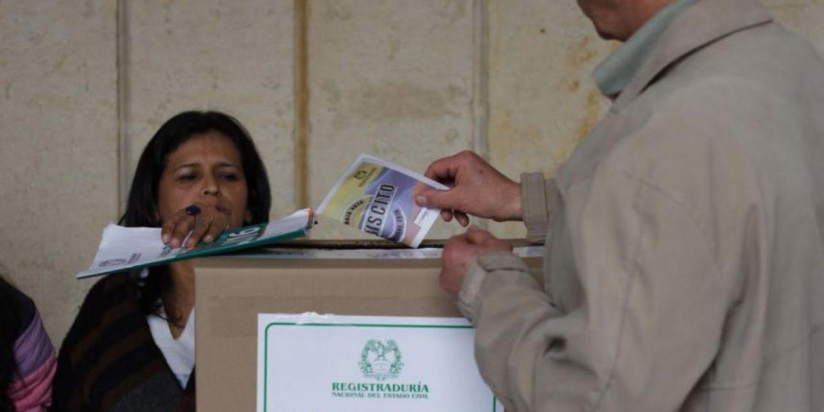 Colombianos exponen sus datos personales en fotos del certificado electoral