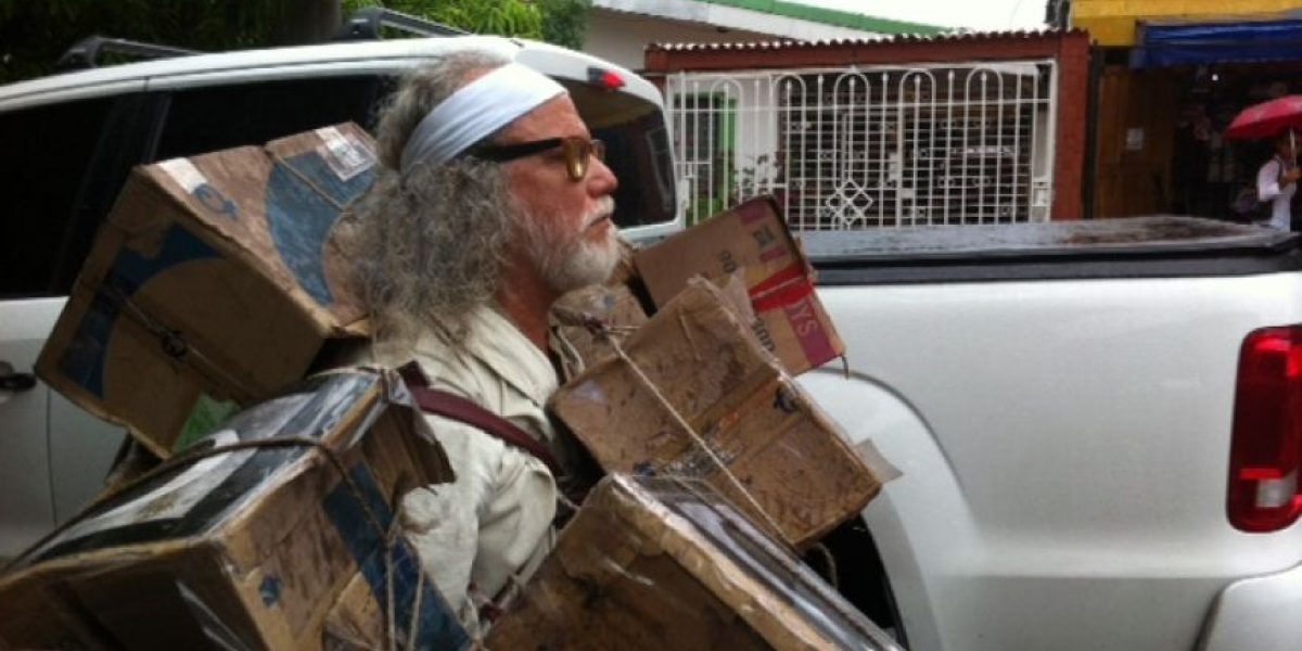 Artista Darío Moreu vota en forma de performance por el Plebiscito en Barranquilla