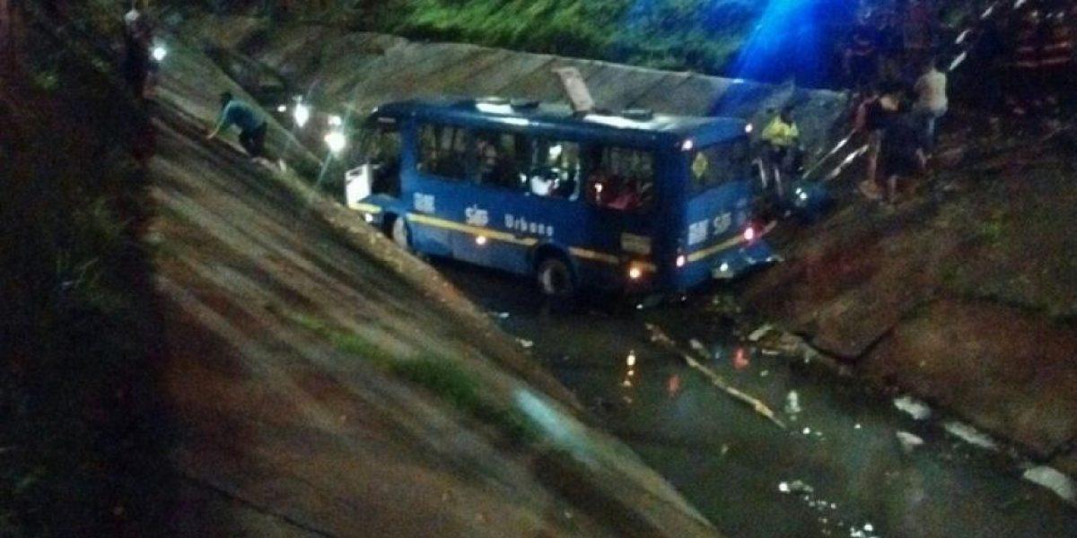 Bus del SITP cae en un caño al sur de Bogotá