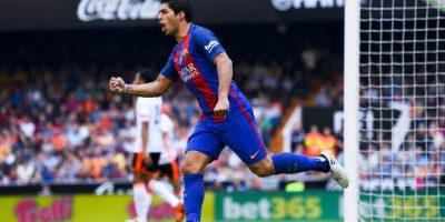 Luis Suárez es seguido por los dos equipos de Manchester Foto:Getty Images