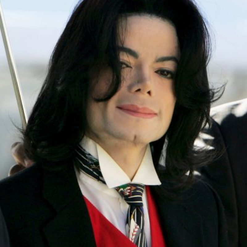 SANTA MARIA, CA – APRIL 29: Michael Jackson arrives at the Santa Barbara County courthouse April 29, 2005 in Santa Maria, California. Jackson is charged in a 10-count indictment with molesting a boy, plying him with liquor and conspiring to commit child abduction, false imprisonment and extortion. (Photo by Justin Sullivan/Getty Images) Foto:Getty Images