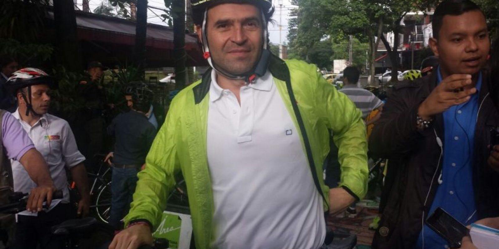 Federico Gutiérrez, alcalde de Medellín cumpliendo el reto de Peñalosa. Foto:Publimetro