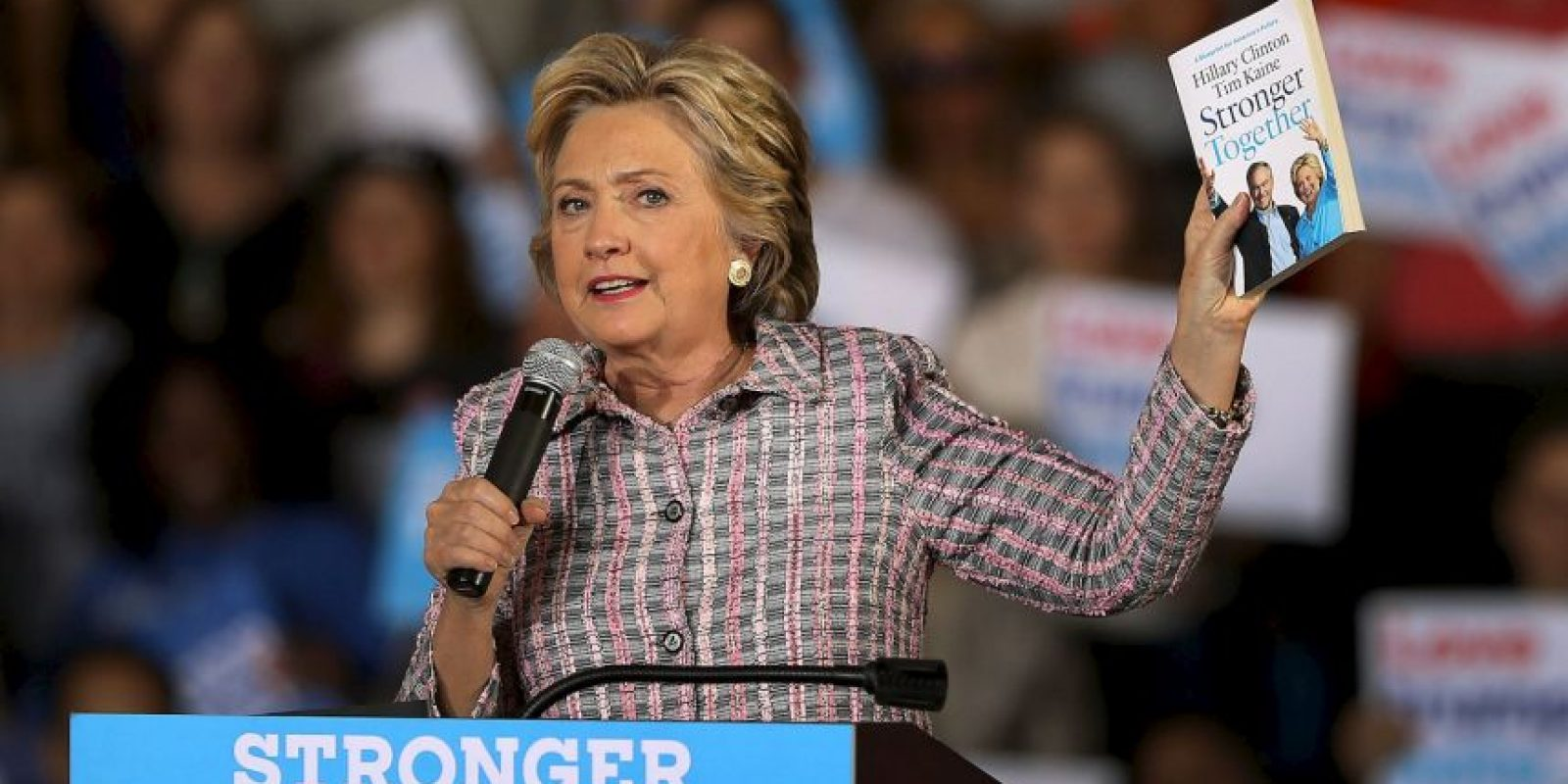 "Mientras que Hillary Clinton publicó ""Stronger Together"""