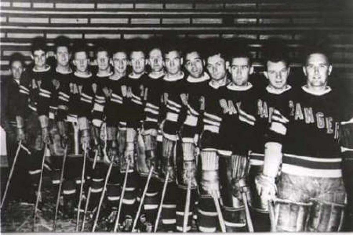 Los papeles quemados: New York Rangers celebró el título de 1940. El equipo de la NHL quemó los papeles de la deuda de su estadio que recién habían terminado de pagar. Pero ese gesto se transformó en una verdadera maldición y estuvieron 54 años sin títulos. En 1994 volverían a celebrar. Foto:Getty Images