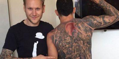 Carlos Tevez: Ya tenía completamente tatuados los brazos, pero a fines de 2014 tomó la decisión de tatuarse toda la espalda y se hizo la Resurrección de los muertos que está en el techo de la Capilla Sixtina. Foto:Twitter Carlos Tevez