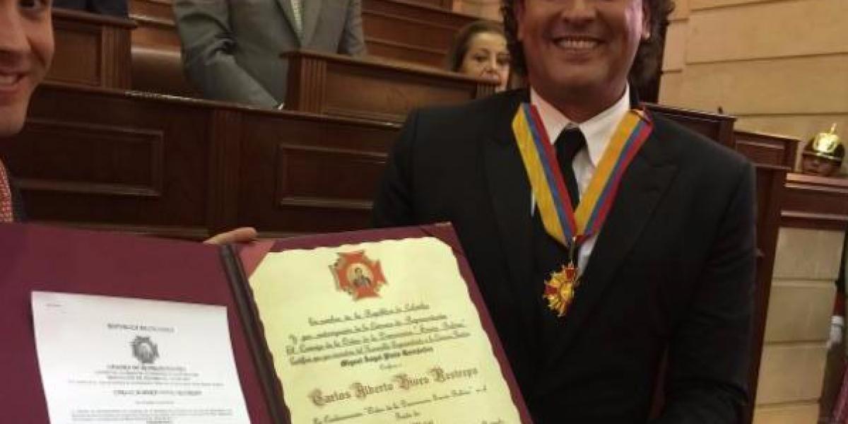 Congreso colombiano condecora a Carlos Vives por su aporte a música y cultura