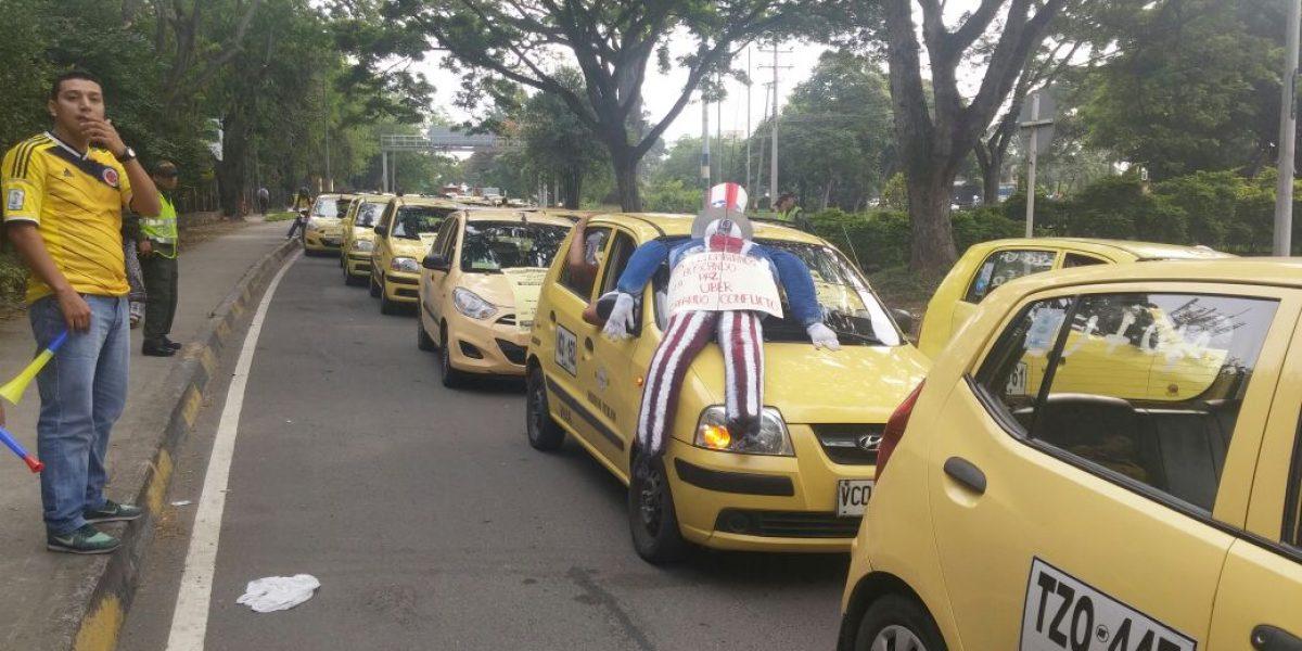 """Taxistas amenazan con """"quemarle el carro"""" a conductores de Uber de Cali"""