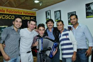 Jóvenes ensayando en la Academia Francisco El Hombre, junto al director Jaime 'Pollo' López. Imagen Por: Cortesía