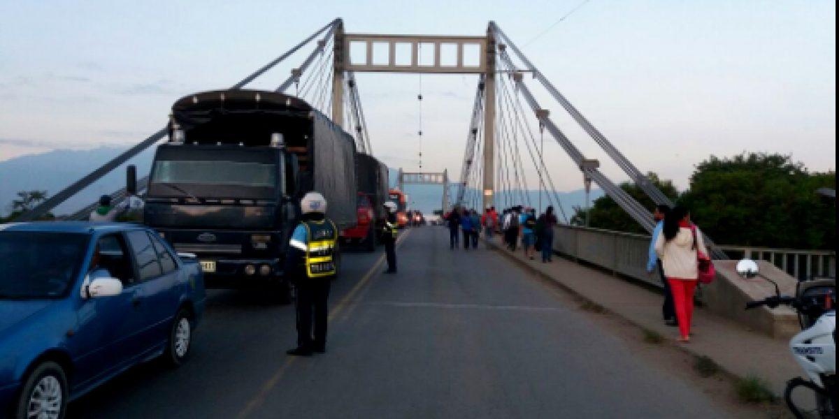 Habitantes de Ciudad del Campo protestan bloqueando puente de Juanchito