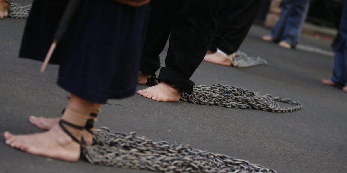 Obligan a 3 ladronas a caminar desnudas por la calle