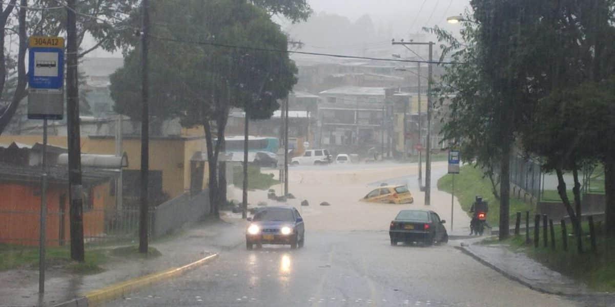 La creciente por las fuertes lluvias en Bogotá se llevó un taxi