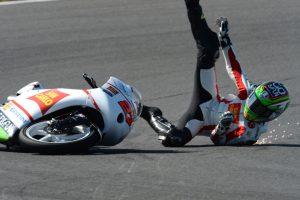 ¿Moto y piloto se fueron al suelo? Esta es la mejor forma de levantarse