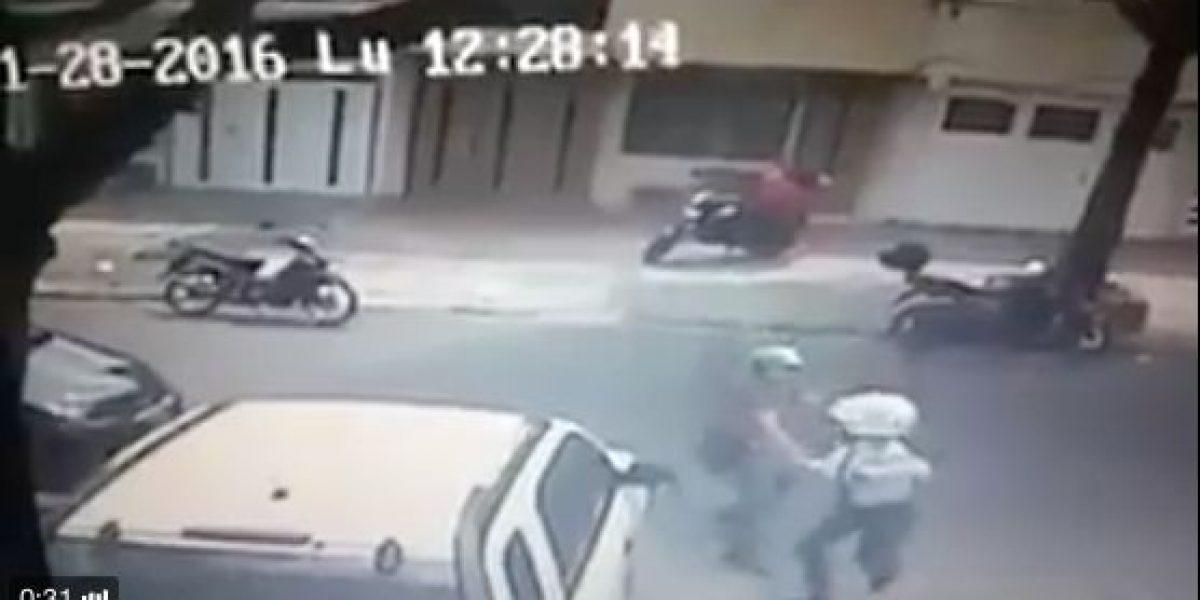 Intenta robar a mujer en Medellín y lo bajan de una patada de la moto