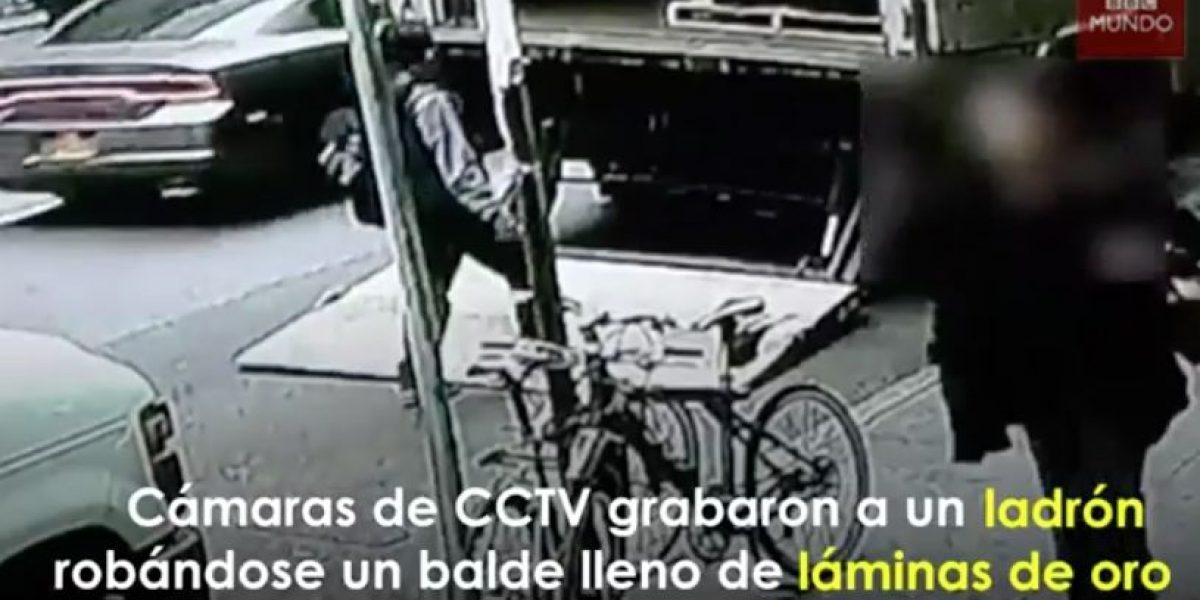 YouTube: Un osado ladrón se robó un balde repleto de oro de día