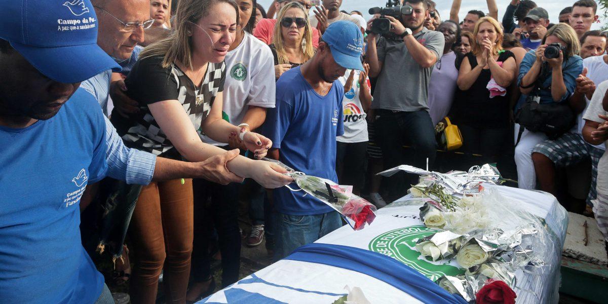 Los jugadores del Chapecoense reciben sepultura entre muestras de cariño