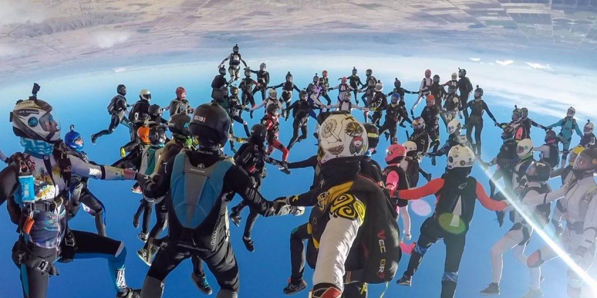 Colombiana rompe récord mundial volando de cabeza