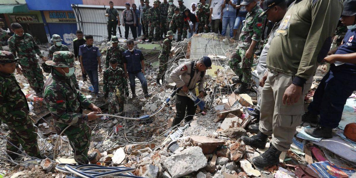 Casi un centenar de muertos por el seísmo de magnitud 6,5 en Indonesia