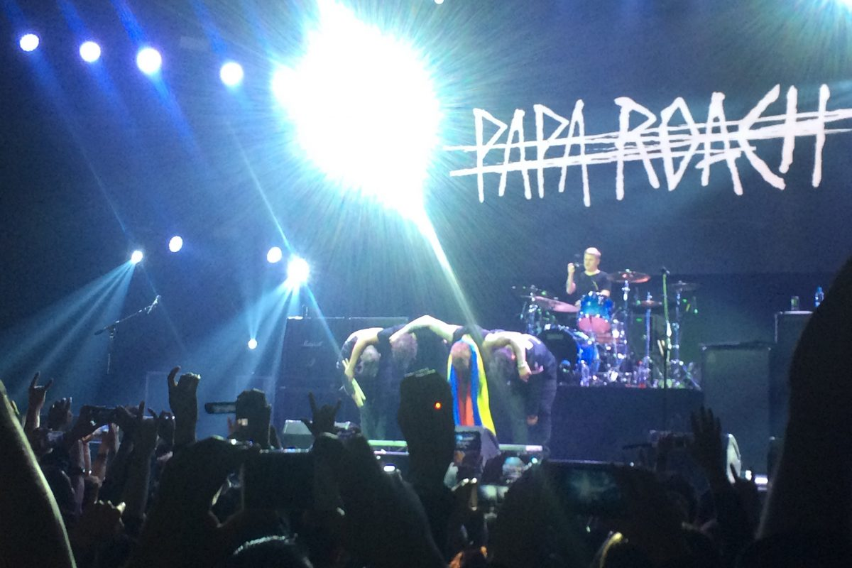 Bajista de Papa Roach con camiseta de Santa Fe. Imagen Por: Publimetro