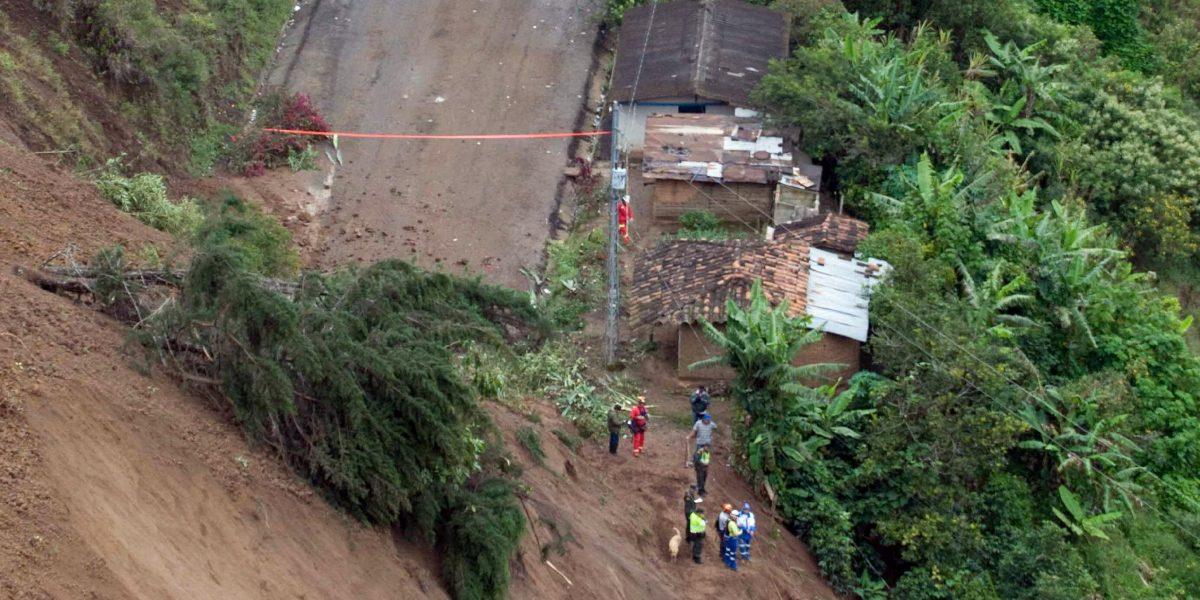 Más de un centenar de personas quedaron atrapadas en dos derrumbes