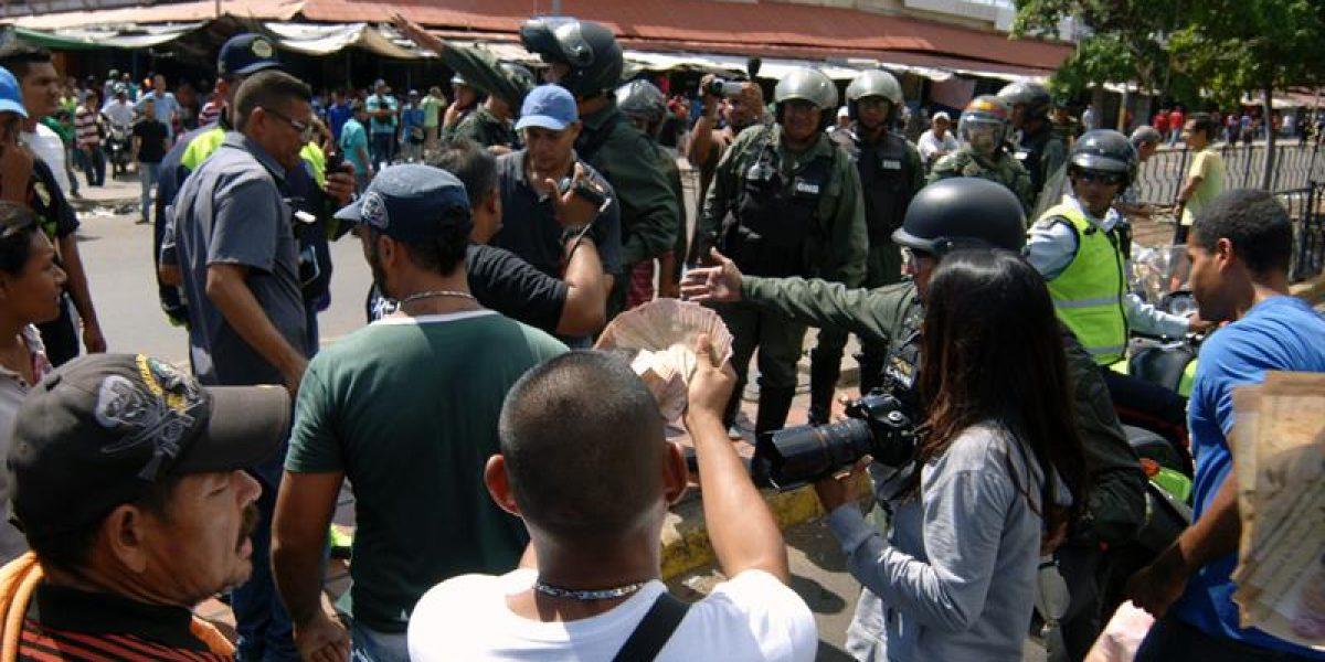 Venezolanos rompen el cierre de la frontera para comprar comida en Cúcuta