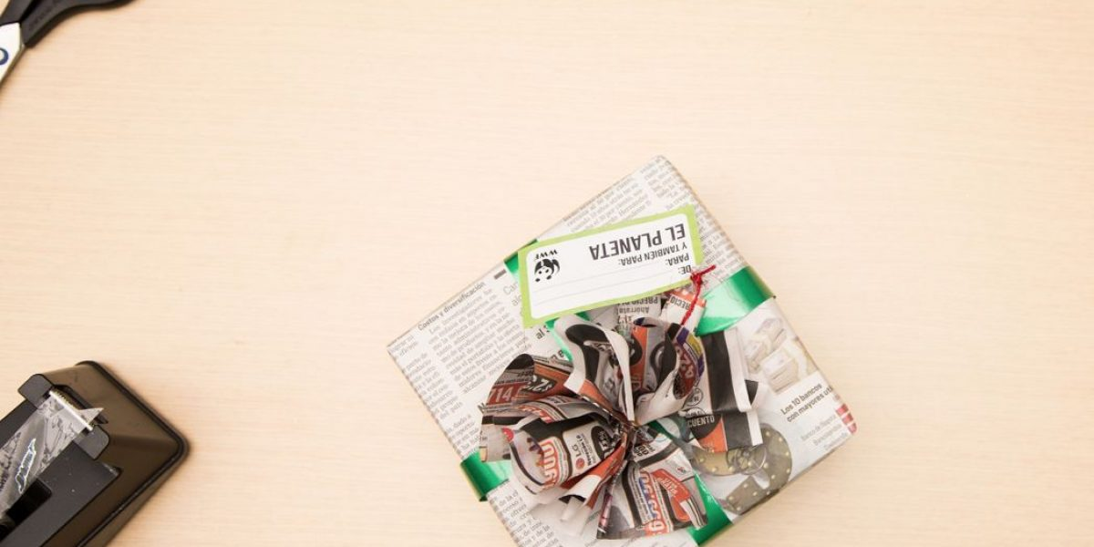 Envolver los regalos de Navidad con papel periódico está de moda