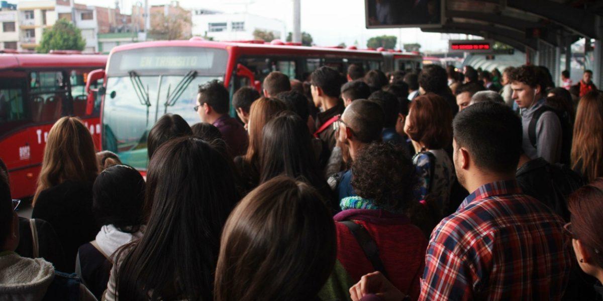 Una multitud arrolló a una mujer en TransMilenio