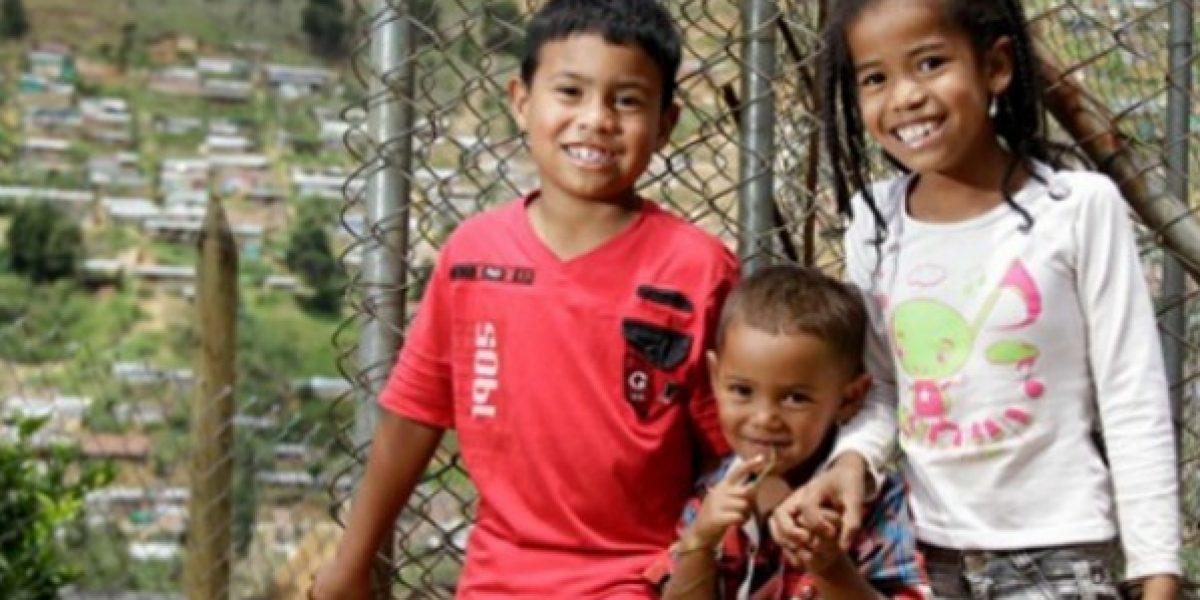 Como amigos, niños de sectores marginales de Medellín celebran diciembre