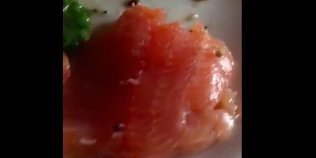 Con video joven denuncia que encontró gusanos en su plato