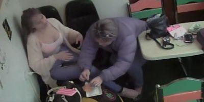 Video: Mujer coloca pelos a una empanada para no pagarla, en una cafetería en Bogotá