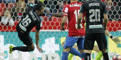El Sporting remonta al Granada para seguir peleando por la permanencia
