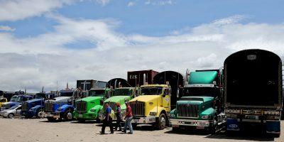 Como protesta, camioneros pagan los peajes con monedas de $50 y $100