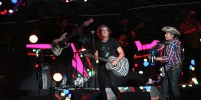 Carlos Vives dona una de sus guitarras de cristales para la campaña 'Colombia ayuda a Chile'