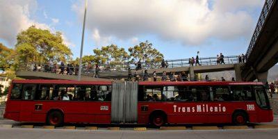 Buscan a sujetos que hicieron graffitis a un bus de Transmilenio