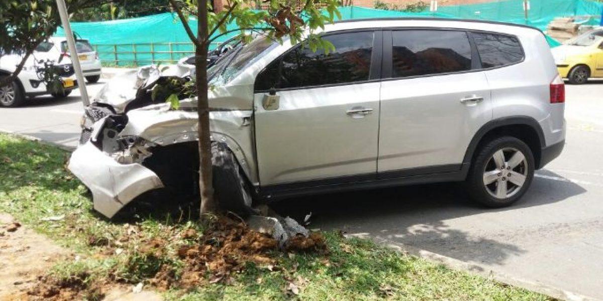 Mujer en depresión estrelló 7 carros, una moto y escapó desnuda