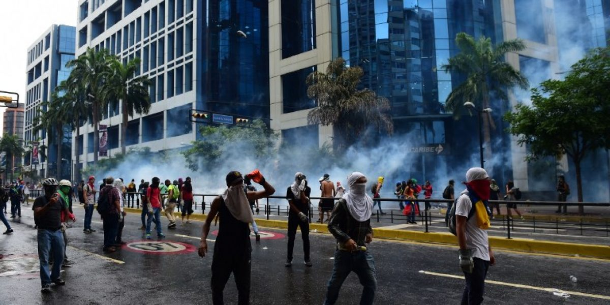 Hombre muere baleado y atacan a hospital infantil en negra jornada de protestas en capital venezolana