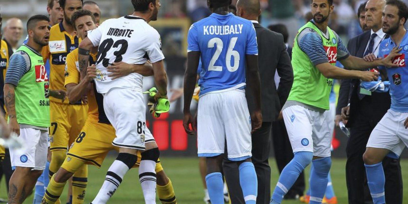 El delantero argentino enfureció y se le fue encima a Mirante, pero los compañeros de ambos evitaron que llegaran a los golpes. Foto:Getty Images