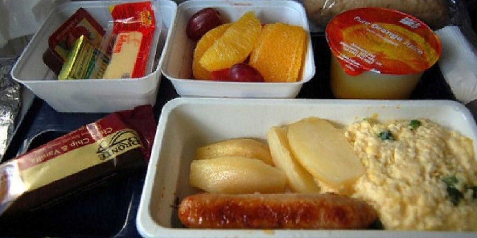 9. Desayuno con huevos revueltos, papas, salchichas, fruta, queso y jugo de naranja. Foto:Vía Flickr: su-lin /Creative Commons