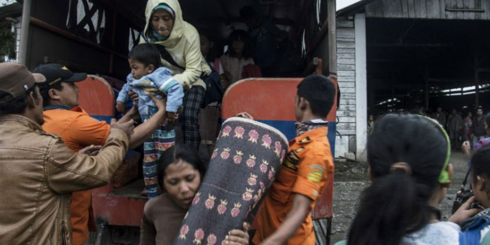 Mas de mil personas fueron evacuadas por posible erupción del volcán en el Monte Sinabung. Foto:AFP