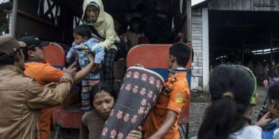 Evacúan miles de personas por posible erupción volcánica en Indonesia