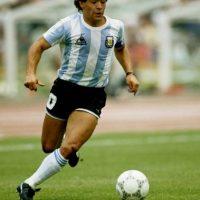 """El """"Pelusa"""" es de los mejores deportistas de todos los tiempos y lo sabe: """"Pase lo que pase y dirija quien dirija, la camiseta número 10 será siempre mía"""", """"Si me muero, quiero volver a nacer y quiero ser futbolista. Y quiero volver a ser Diego Armando Maradona. Soy un jugador que le ha dado alegría a la gente y con eso me basta y me sobra"""". Foto:Getty Images"""