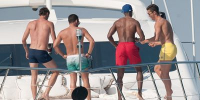 El crack luso se divirtió en las aguas de Saint Tropez, en Francia, al lado de varios amigos en la cubierta de la embarcación. Foto:Grosby Group