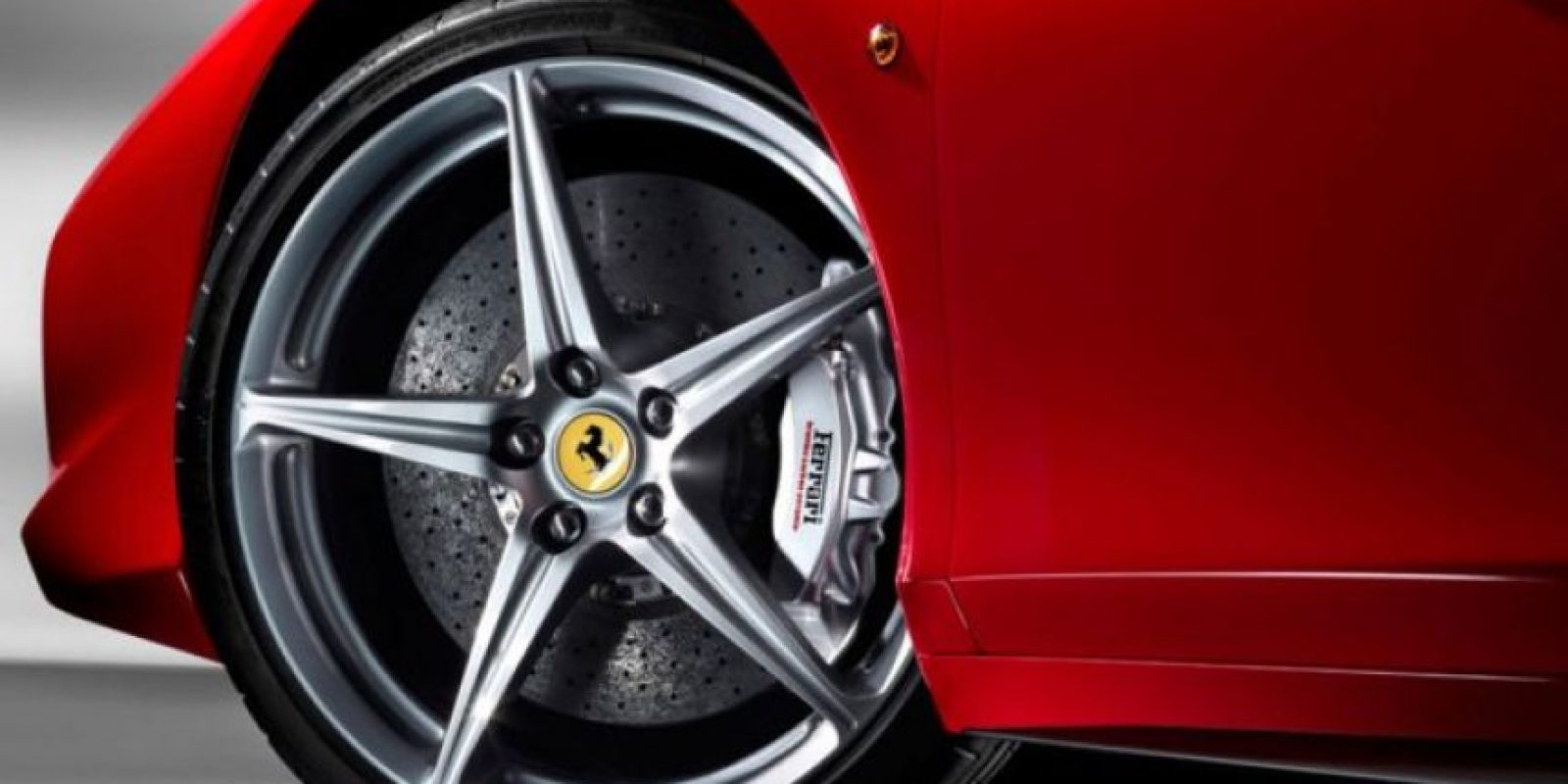 Este lujoso vehículo alcanza velocidades de 325 km/h. Foto:ferrari.com